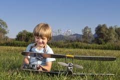 愉快的男孩他新的平面rc年轻人 免版税库存照片