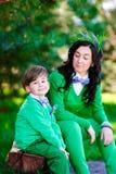 愉快的男孩和他的母亲画象  免版税库存照片