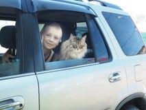 愉快的男孩和他的伴侣猫在汽车 库存图片