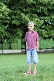 愉快的男孩在公园 免版税图库摄影