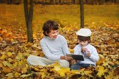 愉快的男孩在公园 免版税库存照片