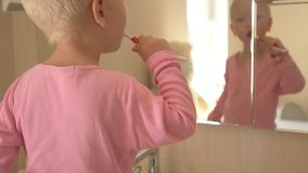 愉快的男孩在卫生间里洗他的有肥皂的手并且刷他的牙 孩子爱水和卫生学做法 水活动性 影视素材