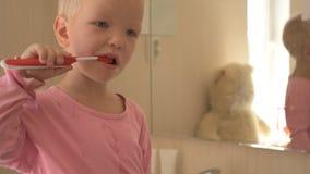 愉快的男孩在卫生间里洗他的有肥皂的手并且刷他的牙 孩子爱水和卫生学做法 水活动性 股票视频