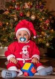 愉快的男孩在圣诞树下 库存图片