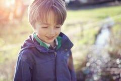 愉快的男孩在春天阳光 免版税库存图片
