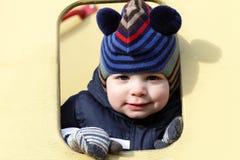 愉快的男孩在玩具房子里 免版税库存图片