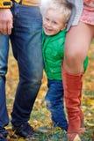 愉快的男孩在秋天公园 免版税库存照片