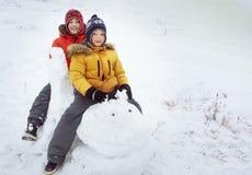 愉快的男孩在雪戏剧和微笑晴天户外 库存图片
