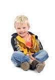 愉快的男孩坐的一点 免版税库存照片