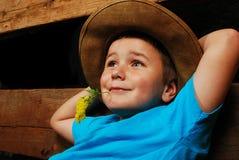 愉快的男孩放松的一点 免版税库存图片