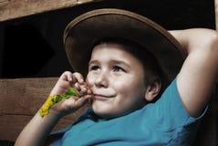 愉快的男孩放松的一点 免版税库存照片