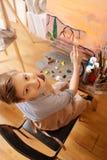 愉快的男孩有艺术课在学校 免版税图库摄影