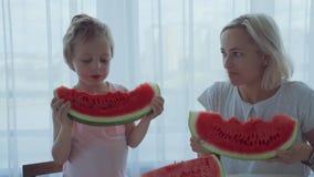 愉快的男孩用moter流动在牙下的开胃吃红色西瓜和汁液 股票录像