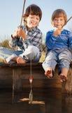 愉快的男孩去钓鱼在河, fisherma的两个孩子 免版税库存照片