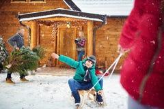 愉快的男孩sledding在冬时 库存照片