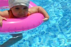 愉快的白白种人儿童女婴小孩画象室外的游泳池的 漂浮的学龄前男孩训练与 免版税库存图片