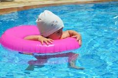 愉快的白白种人儿童女婴小孩画象室外的游泳池的 漂浮的学龄前男孩训练与 库存照片