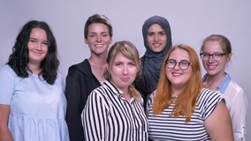 愉快的白种人不同的妇女站立一起变冷和微笑室内 影视素材