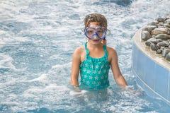 年轻愉快的白种人儿童女孩游泳 免版税库存图片