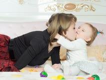 愉快的白种人家庭母亲和女儿在床上在家 库存照片