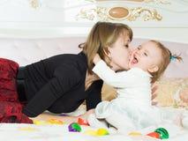 愉快的白种人家庭母亲和女儿在床上在家 库存图片