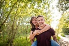 愉快的白种人母亲享受与儿子的肩扛乘驾 库存图片