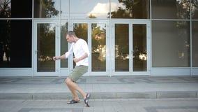愉快的白种人舞蹈家人质朴的街道跳舞自由式在城市 股票视频
