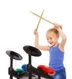 愉快的白肤金发的女孩使用与在铙钹的鼓槌 免版税库存照片