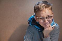 戴愉快的眼镜的男孩,因为恢复 免版税库存图片
