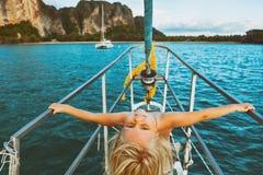 愉快的矮小的女婴在船上航行游艇 免版税图库摄影