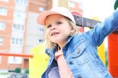 愉快的矮小的小孩女孩演奏室外夏令时 免版税库存图片