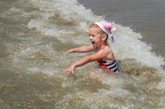 愉快的矮小的迷人的孩子在海沐浴 库存照片