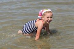 愉快的矮小的迷人的孩子在海沐浴 图库摄影