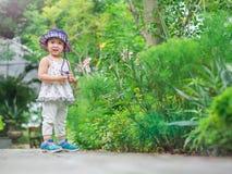 愉快的矮小的逗人喜爱的女孩在农场 种田&儿童概念 库存照片