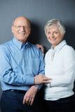 愉快的确信的年长夫妇 免版税库存照片
