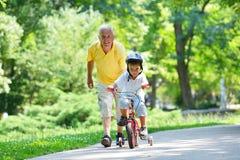 愉快的祖父和孩子在公园 免版税库存图片