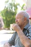 愉快的祖父饮用的早晨咖啡 免版税库存图片