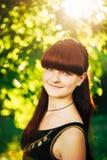 年轻愉快的秀丽红色头发女孩本质上  免版税图库摄影