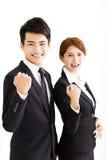 愉快的站立在办公室的商人和妇女 免版税库存图片