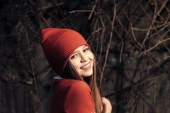 愉快的童年和青年时期 在红色帽子的小女孩微笑,时尚 微笑与长的金发室外,秀丽的孩子 孩子 免版税库存图片