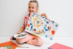 愉快的童年 女婴艺术家 库存图片
