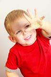 愉快的童年。男孩儿童孩子陈列被绘的棕榈。在家。 免版税图库摄影
