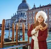 愉快的端庄的妇女在威尼斯,有威尼斯式面具的意大利 图库摄影