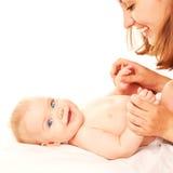 愉快的笑母亲和的婴孩使用和。 库存图片