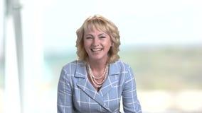 愉快的笑的中部年迈的女性画象  股票视频