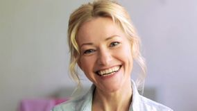 愉快的笑的妇女面孔 股票录像