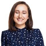 愉快的笑的妇女 特写镜头画象妇女微笑与完善的微笑的和白色牙笑响亮地被隔绝的白色墙壁backgroun 免版税库存照片