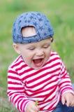 愉快的笑的婴孩在夏天 免版税图库摄影