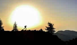 愉快的精力充沛的开始对在山的峰顶的天 免版税库存照片