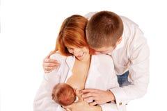 愉快的系列、父亲、母亲和新出生的婴孩。 免版税库存图片
